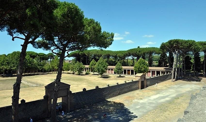 http://www.turismoitalianews.it/images/stories/archeologia/PompeiPalestraGrande2.jpg