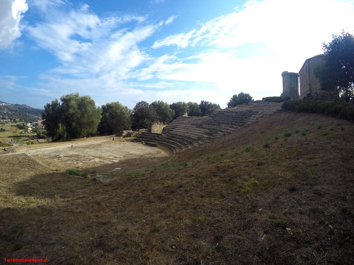 http://www.turismoitalianews.it/images/stories/campania/Velia06_Teatro01.JPG