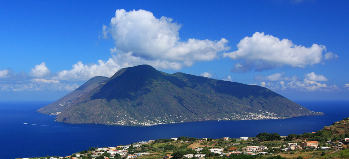 images/stories/eolie/Salina01_vista_da_Lipari.jpg