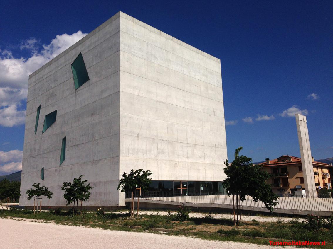 La sacra torre di fuksas nella valle umbra l 39 arte moderna for Casa moderna immobiliare foligno