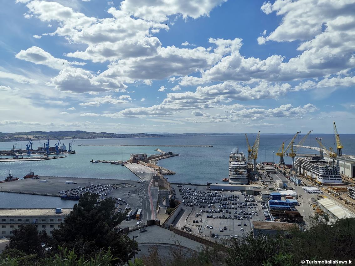 http://www.turismoitalianews.it/images/stories/marche_Ancona/AnconaMarinaDorica02.jpg