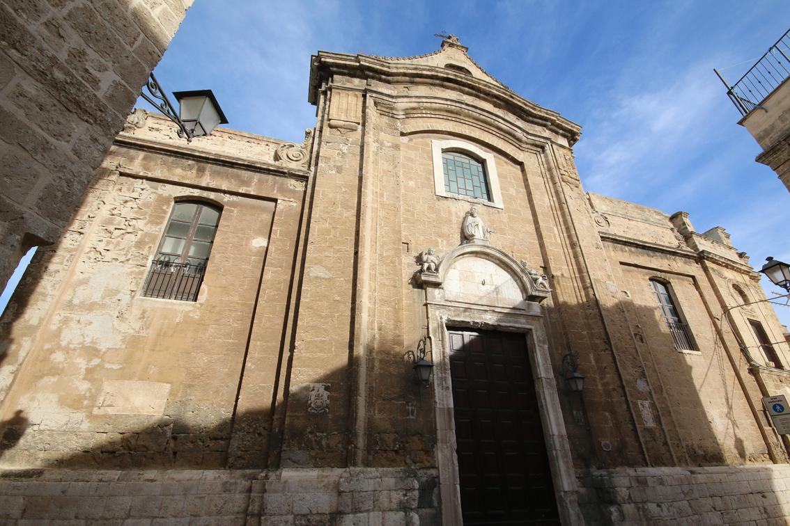 http://www.turismoitalianews.it/images/stories/puglia/Bari_ChiesaSantaScolastica01.jpg