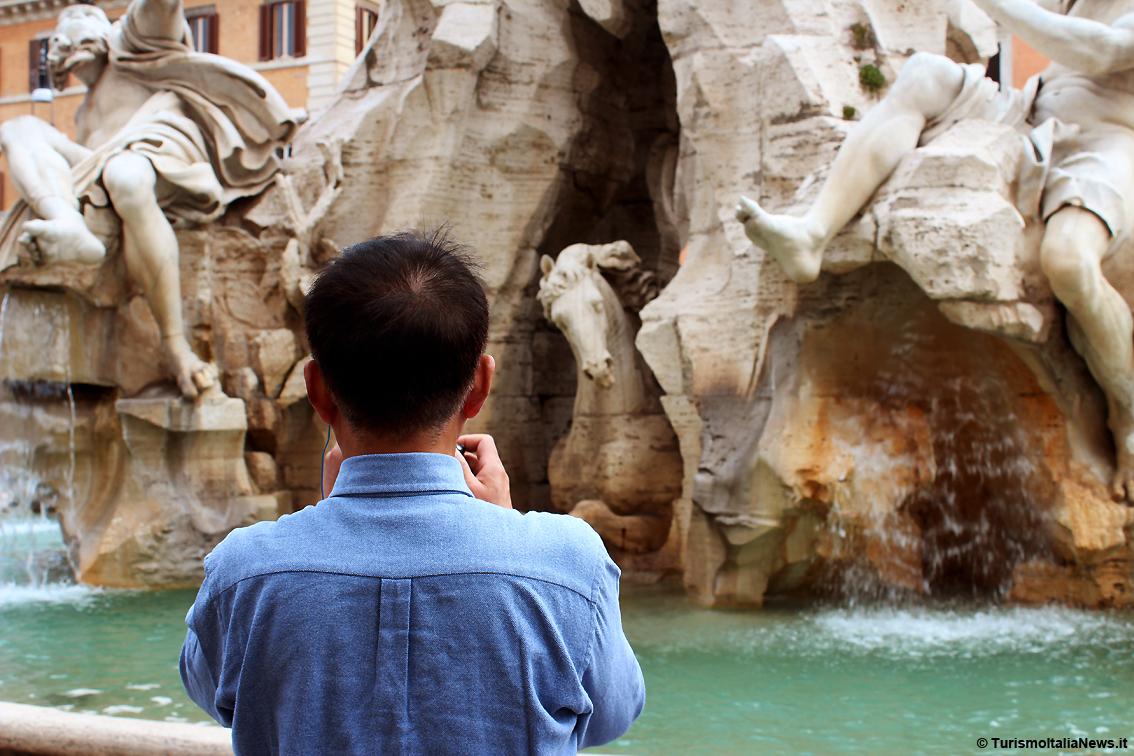 http://www.turismoitalianews.it/images/stories/turisti/TuristiRoma01.jpg