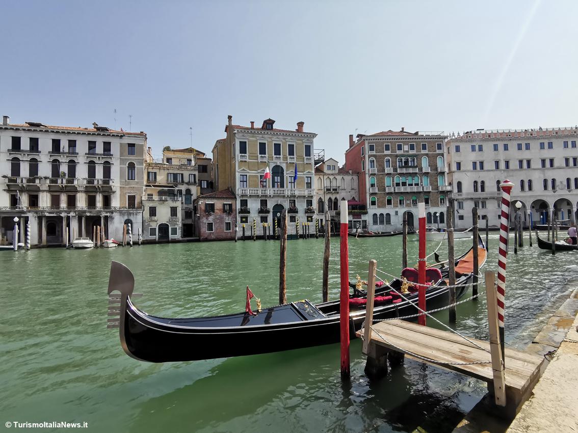 http://www.turismoitalianews.it/images/stories/veneto/VeneziaCanaleGondola.jpg