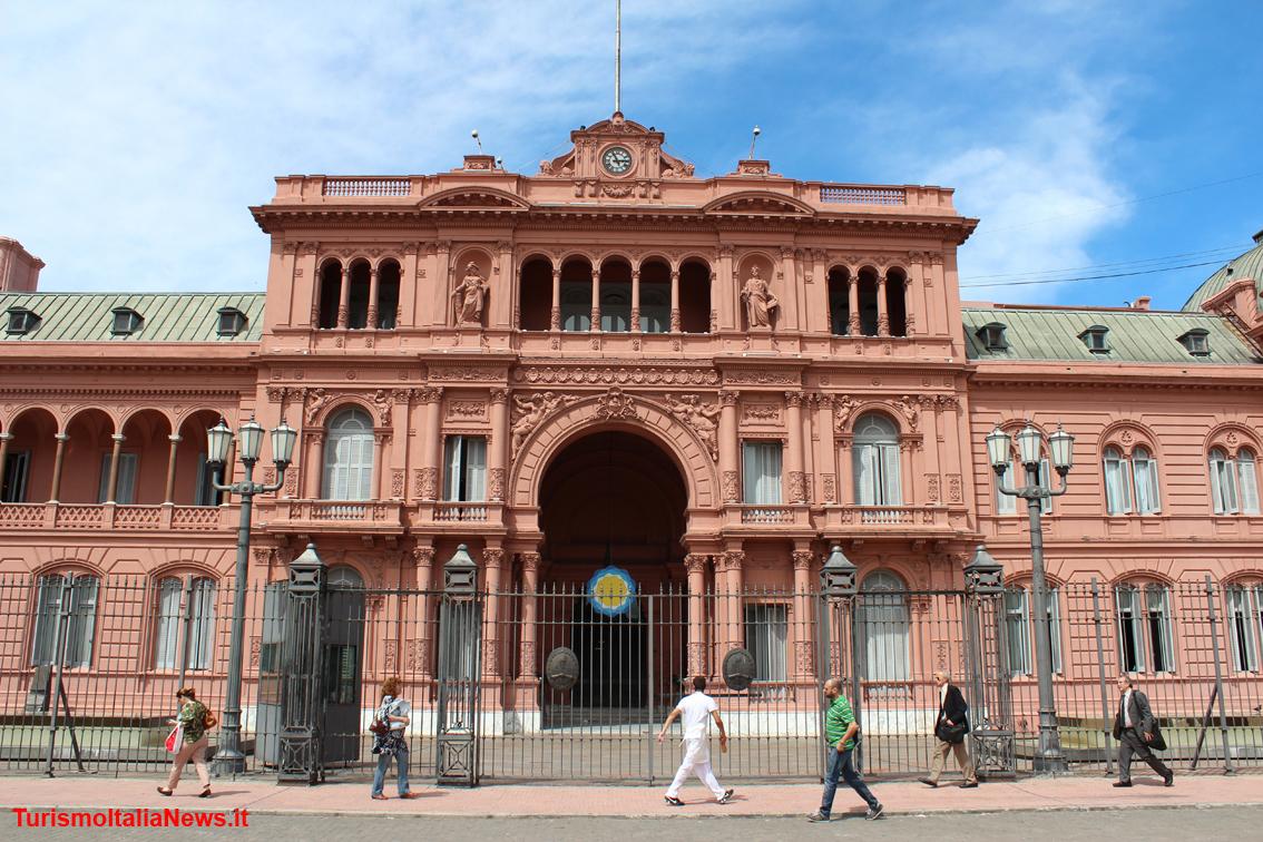 Plaza de mayo buenos aires davanti alla casa rosada si for Costo della casa di fronte al mattone